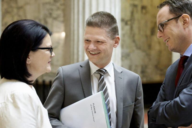Andreas Hanger im Gespräch, im österreichischen Parlament