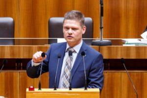 Andreas Hanger bei einer Rede im Parlament